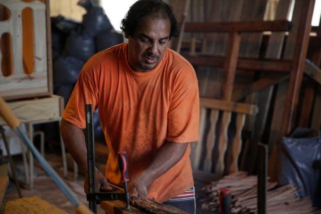 Cesar Campo trabajando en carpintería
