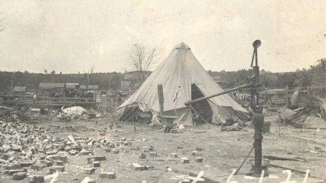 Moradores tiveram que viver em barracas após destruição
