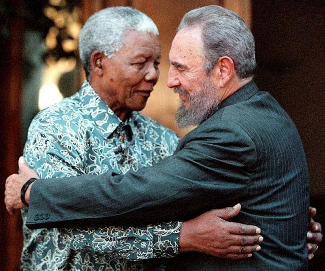 كاسترو مع زعيم جنوب أفريقيا السابق نيلسون مانديلا عام 2001