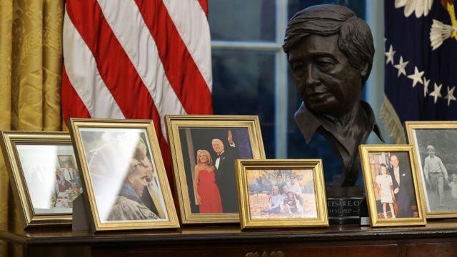 Бюст Сесара Чавеса на столике с семейными фотографиями Байдена