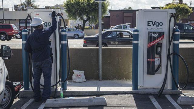 拜登曾表示,他将敦促美国采取更严格的减排要求和更多电动汽车。(photo:BBC)