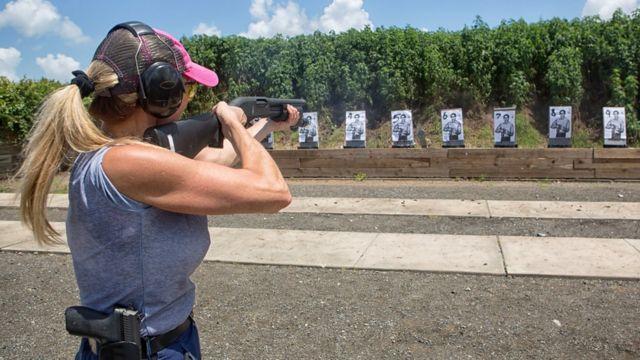 Женщина на стрелковом полигоне