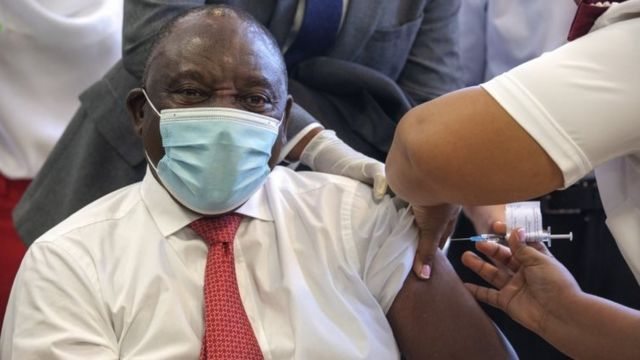 Le président sud-africain Cyril Ramaphosa reçoit le vaccin contre le coronavirus Johnson et Johnson Covid-19, au Cap, Afrique du Sud, le 17 février 2021.