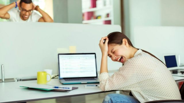 Юмор на рабочем месте помогает повысить креативность сотрудников, снижает стресс и улучшает взаимопонимание