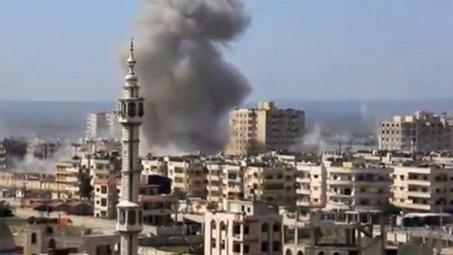 حُمص میں حملے کے بعد دھواں اٹھ رہا ہے