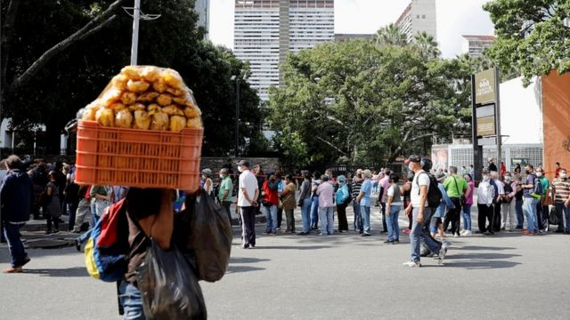 """The queue of those wishing to be vaccinated with the vaccine """"Satellite"""" in Caracas"""
