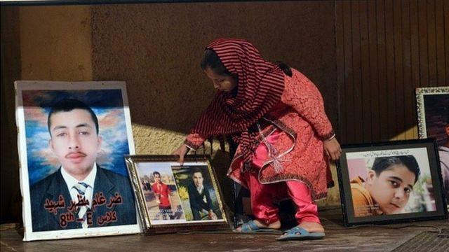 事件の犠牲者を悼む家族(写真は今月17日)