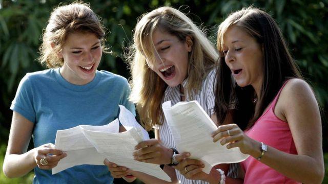 Девушки с результатами экзаменов
