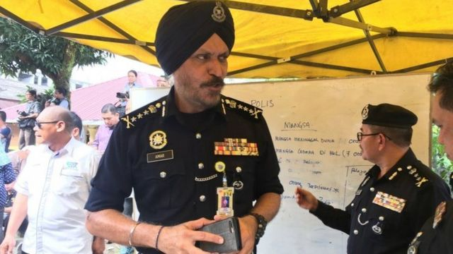 Oga for Police, Amar Singh, dey talk to people