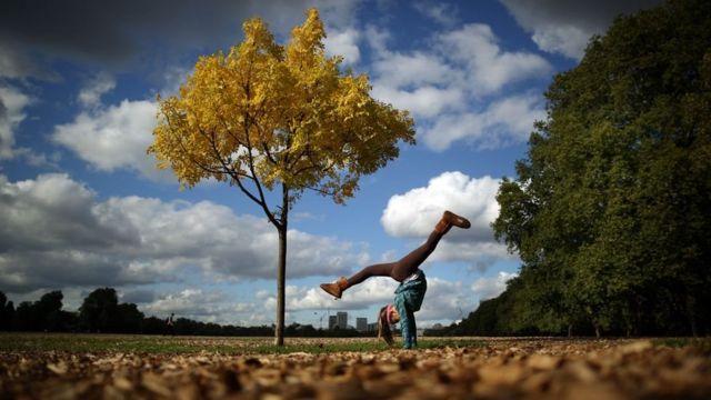 Menina se exercita em parque