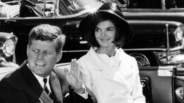 John Fitzgerald Kennedy con su esposa.