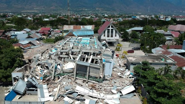 """This aerial picture shows the remains of a ten-storey hotel in Palu in Indonesia""""s Central Sulawesi on September 30, 2018"""