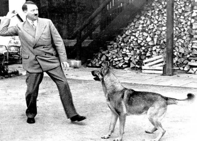 Hitler brincando com um cachorro