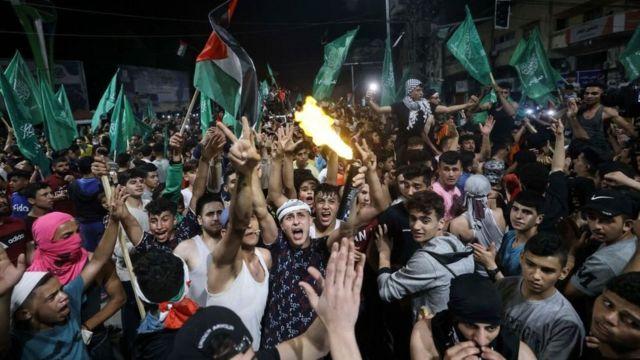 Palestinos comemoram o cessar-fogo intermediado pelo Egito entre Israel e o movimento islâmico Hamas, na Cidade de Gaza