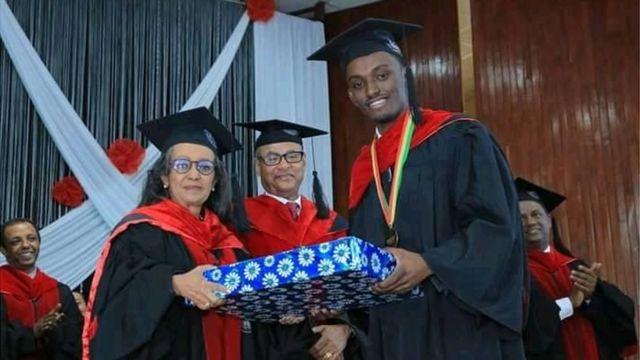 Dr. Sanyii Qajeelaa guyyaa eebbaa wayita badhaasa fudhatu