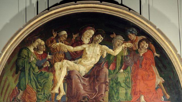 艺术史中,圣母玛利亚在耶稣受难后总是被描绘成身着象征圣爱的血红色衣衫。