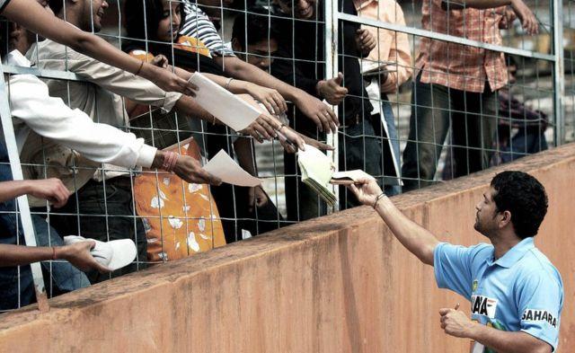 2004 మార్చి 4: వన్డే సిరీస్ కోసం పాకిస్తాన్ పర్యటనకు వెళ్లేందుకు భారత జట్టు కోల్కతాలోని ఈడెన్ గార్డెన్స్లో సన్నద్ధమవుతోంది. ఆ సమయంలో సచిన్ టెండూల్కర్ అటోగ్రాఫ్ కోసం ఎగబడుతున్న ఆయన అభిమానులు.
