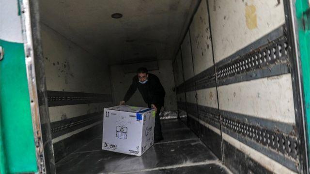 Vacunas Sputnik V a su llegada a Cisjordania