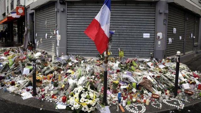 ชาวปารีสวางดอกไม้เพื่อรำลึกถึงผู้เสียชีวิต