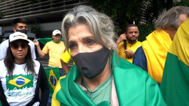 Rita Pinto dá entrevista de máscara contra covid-19