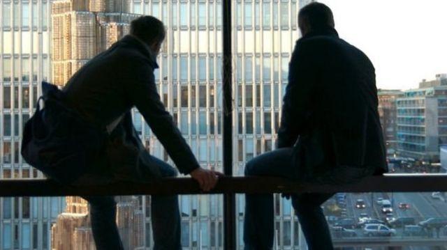 Homens olhando pela janela