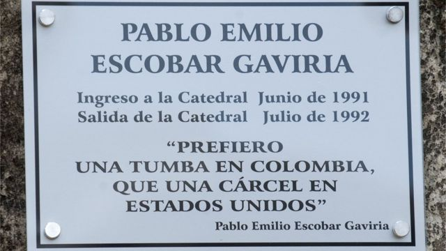 Plaqueta con el nombre de Pablo Escobar en La Catedral