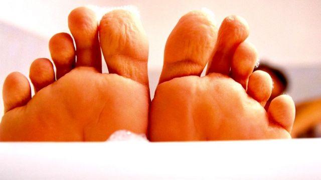 Обычно кожа начинает морщиться примерно через пять минут пребывания в воде
