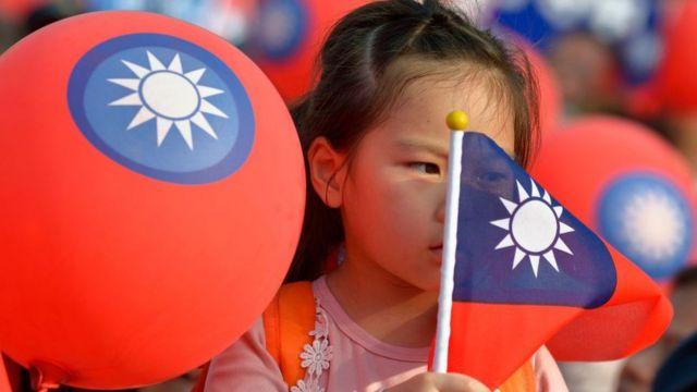 Niña con la bandera de Taiwán.