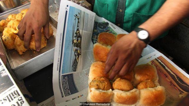 Vada pav pertama kali diciptakan sebagai makanan ringan yang cepat dan murah bagi para buruh pabrik tekstil di Mumbai.