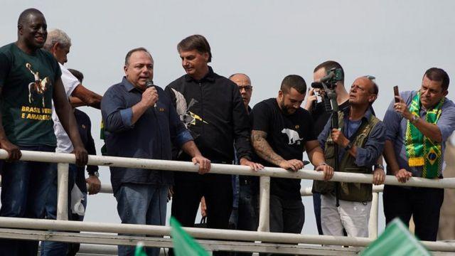 Pazuello fala ao lado de Bolsonaro em ato