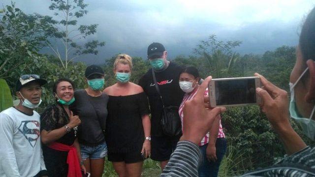 Turis asing berswafoto di depan Gunung Agung di Bali meski statusnya sudah 'Awas'.