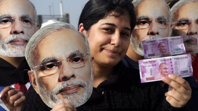 दो हज़ार रुपए के नए नोटों के साथ एक युवती.
