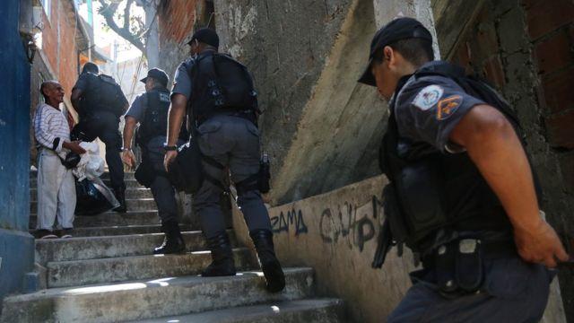 Policiais sobem morro em favela carioca