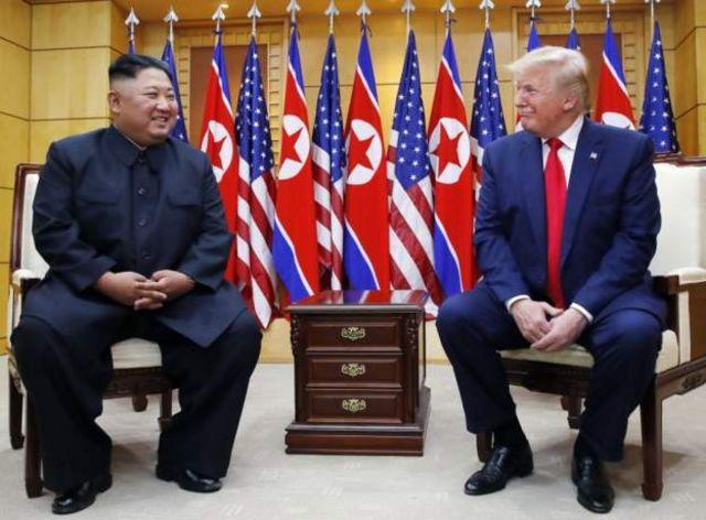 韓国側の施設「自由の家」で記者団を前にした両首脳
