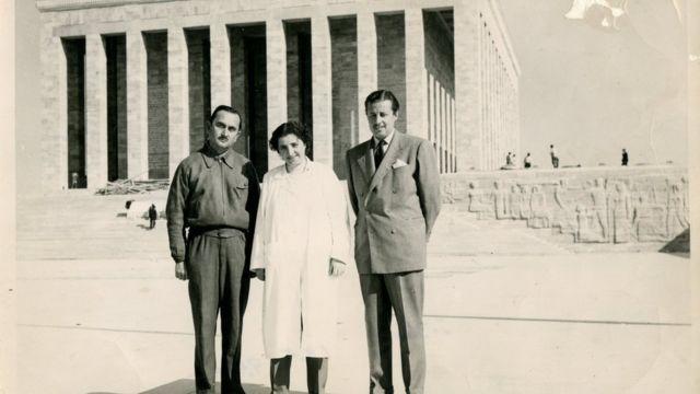 Sabiha Hanım, Anıtkabir inşaatı sırasında Prof. Dr. Orhan Arda (solda) ve Yüksek Mühendis Osman Akman'la birlikte.