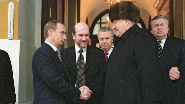 Putin akisalimiana na Boris Yeltsin