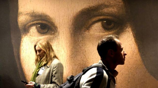 Журналисты перед открытием выставки в Лувре, 22 октября 2019 год