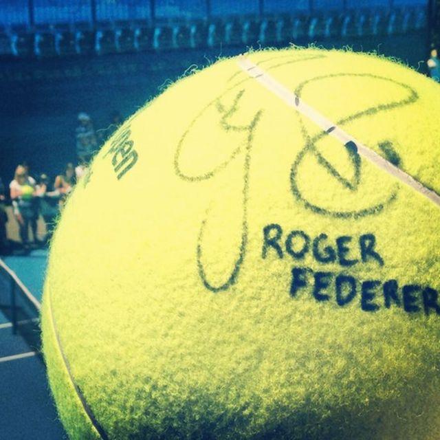 Firma del tenista Roger Federer en una pelota de tenis.