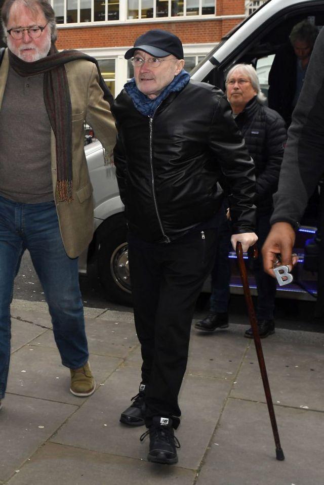 С 2017 года Фил Коллинз с трудом ходит - только с тростью и с посторонней помощью