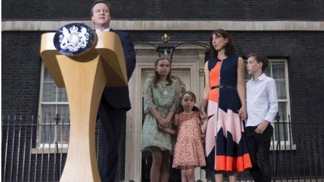 妻と子供たちが緊張した様子で見守るなか、首相として最後の演説をするキャメロン氏