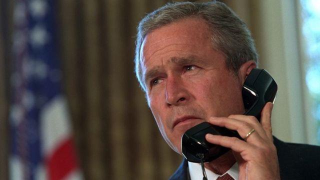 George W. Bush, expresidente de EE.UU., hablando por teléfono en 2001.