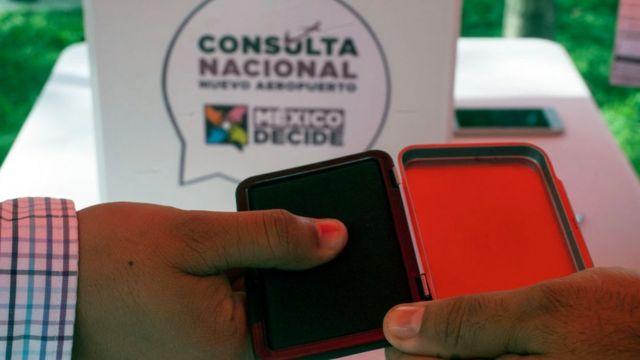 Un mexicano vota en la consulta.