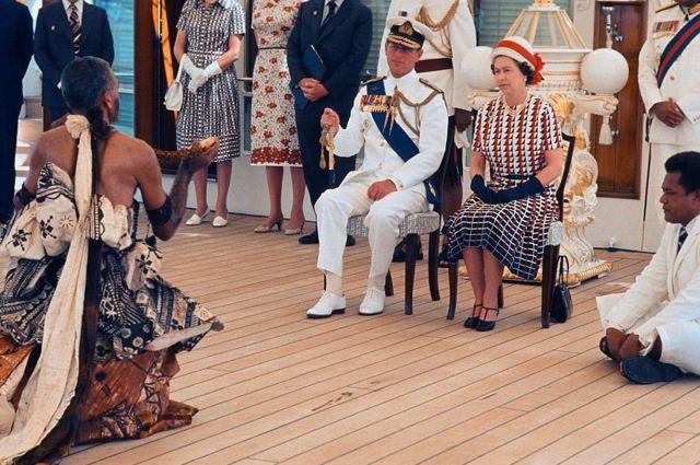ชาวหมู่เกาะฟิจิจัดการแสดงระบำพื้นเมืองถวายทั้งสองพระองค์ขณะเสด็จฯ เยือนฟิจิในเดือน ก.พ. 1977