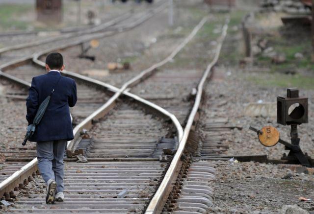 Школьник на железной дороге
