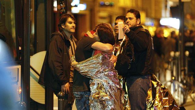 Sobrevivientes de la masacre abrazándose.