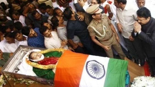 जयललिता की अंत्येष्टि में हज़ारों लोग शामिल हुए