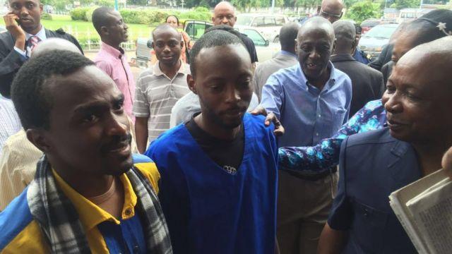Fred Bauma (Lucha) en premier plan et derrière Yves Makwambala (Filimbi)