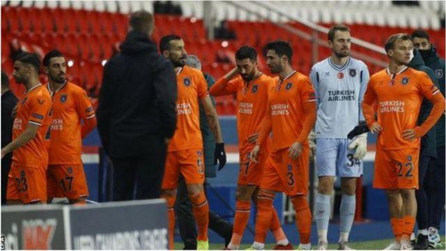 لاعبو الفريق التركي يغادرون الملعب