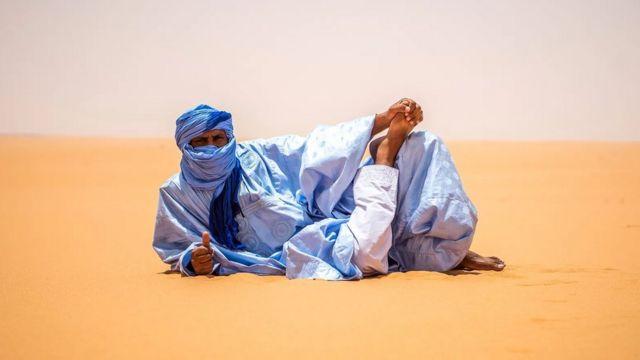 Les hommes portent fièrement des daraas bleus à Nouakchott