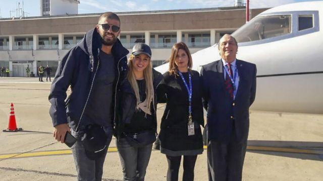 Жерар Пике (слева) и его жена Шакира с персоналом аэропорта в Росарио
